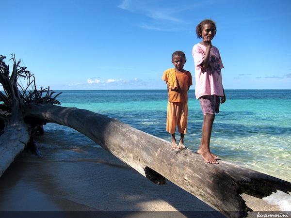 Anak-anak dari kampung seberang yang mengayuh sendiri ke pulau